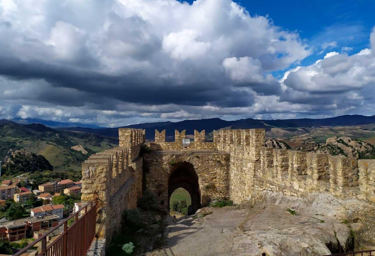 castello e borgo rupestre a sperlinga