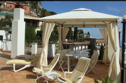 Panoramica terrazza che si proietta sulla baia di Taormina e fronte la maestosa Etna, a 200 metri dal Corso principale, meta di viaggiatori di tutto il mondo e che stupisce sempre per i suoi colorati vicoli, i suoi profumi, i suoni che l'attraversa e l'incanto della sua varia architettura
