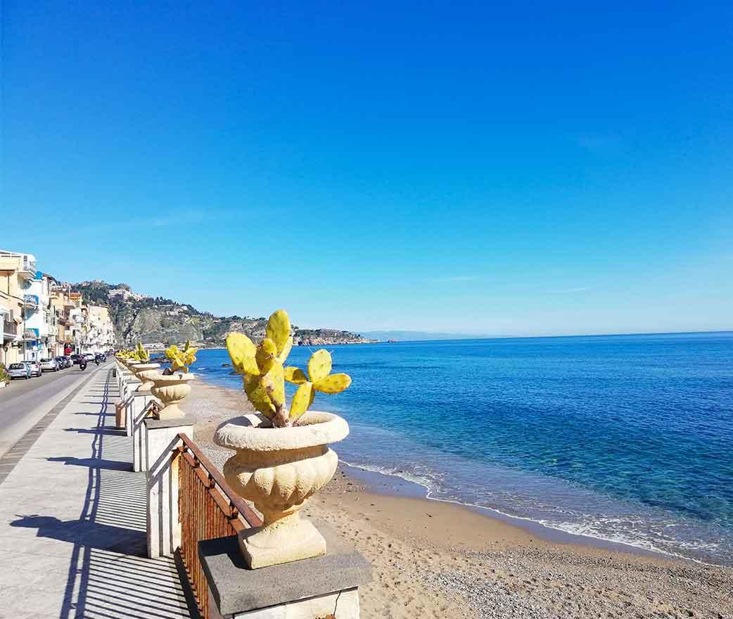 spiaggia giardini naxos taormina